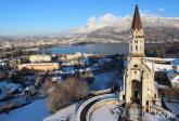 Vue aerienne de la visitation basilique au dessus de la ville et du lac d annecy