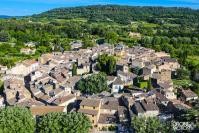 Vue aerienne par drone village de lourmarin dans le luberon