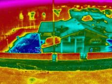 Vue aerienne photo maison en infrarouge pour thermographie par drone