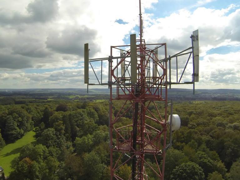 Photographie aérienne d'inspection d'une antenne par drone