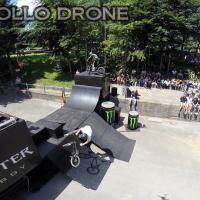 Acrobaties de vélo photographier en vue aérienne par un drone