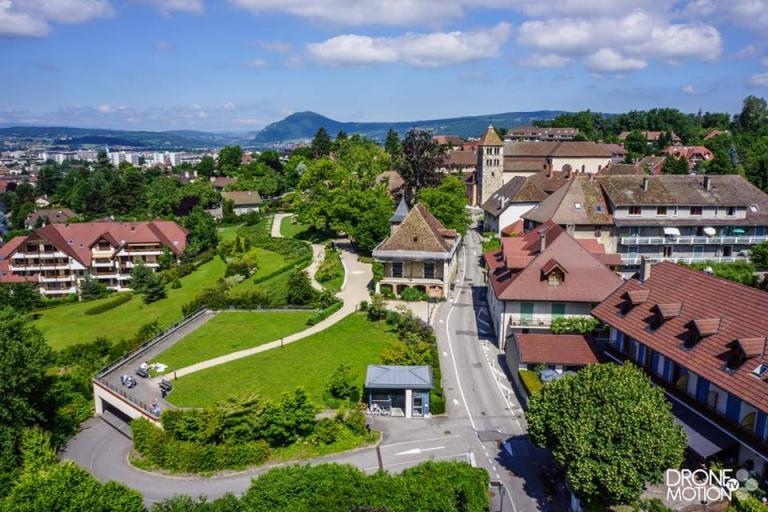 Annecy le Vieux, centre village en vue aérienne par drone