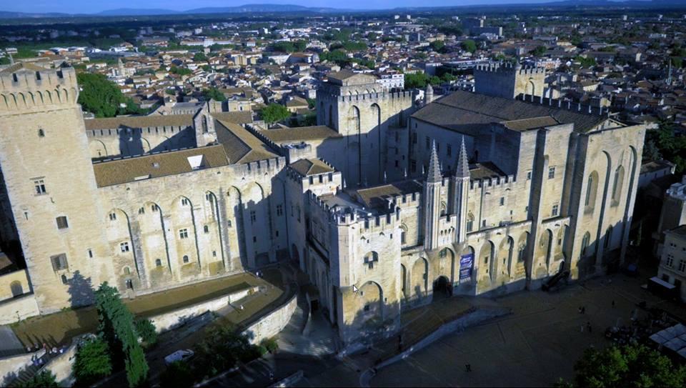 Avignon et le  Palais des Papes photo aérienne par drone
