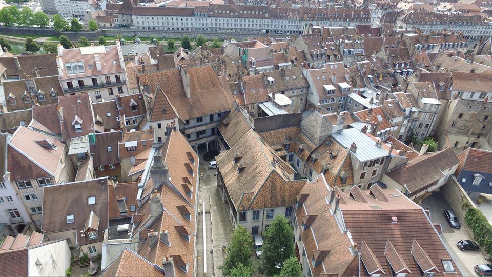 Battant quartier de Besançon en vue aérienne par drone