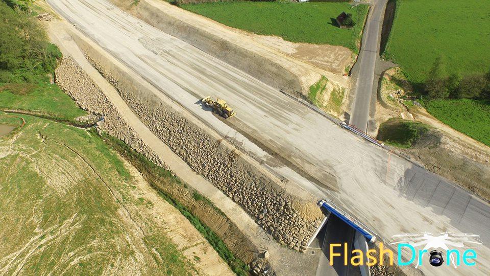 Chantier de travaux publics en vue aérienne