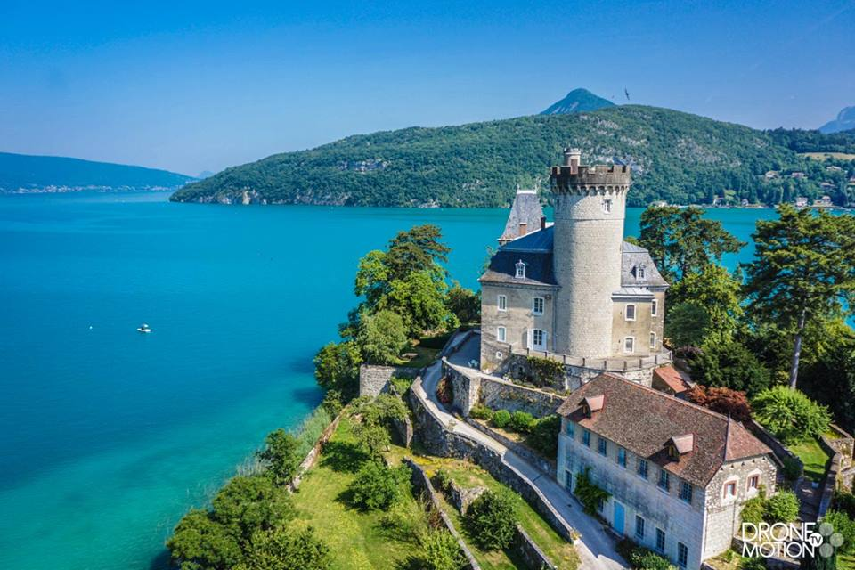 Chateau de Duingt sur le Lac d'Annecy photo de drone