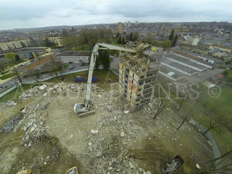 Démolition d'un bâtiment en vue aerienne par drone