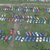 Photographie aérienne d'un rassemblement de voiture