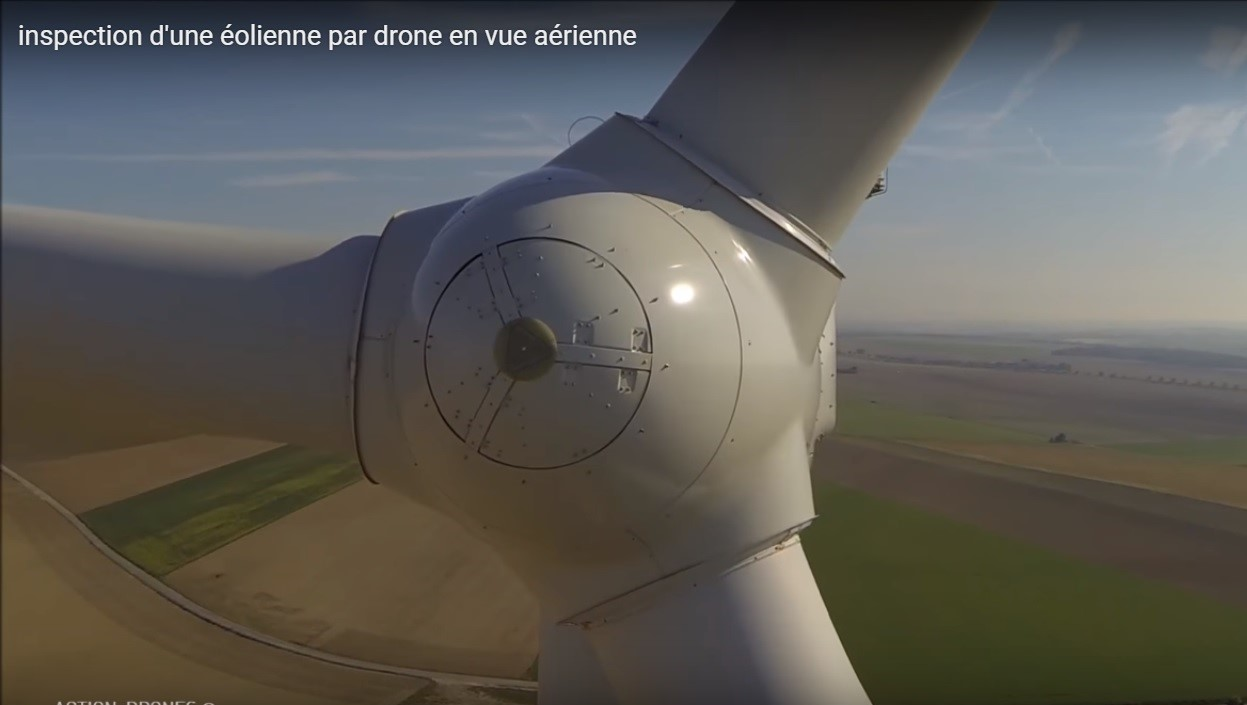 Inspection d'une éolienne avec photo réalisée par un drone