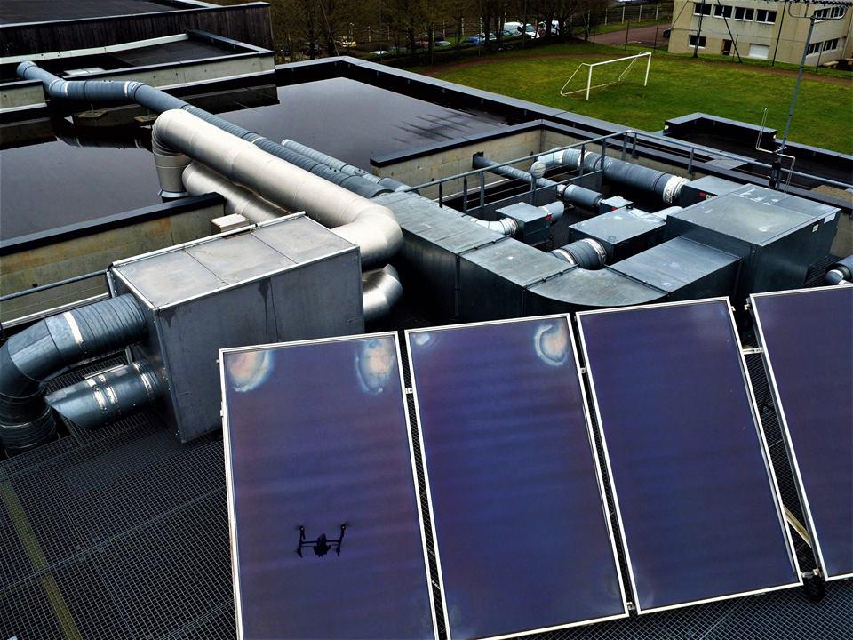 Inspection de toiture de bâtiment par vue aérienne de drone
