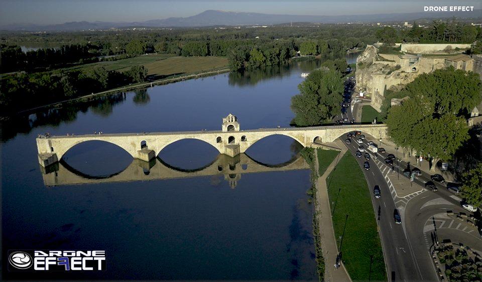 Le pont d'Avignon en vue aérienne par drone