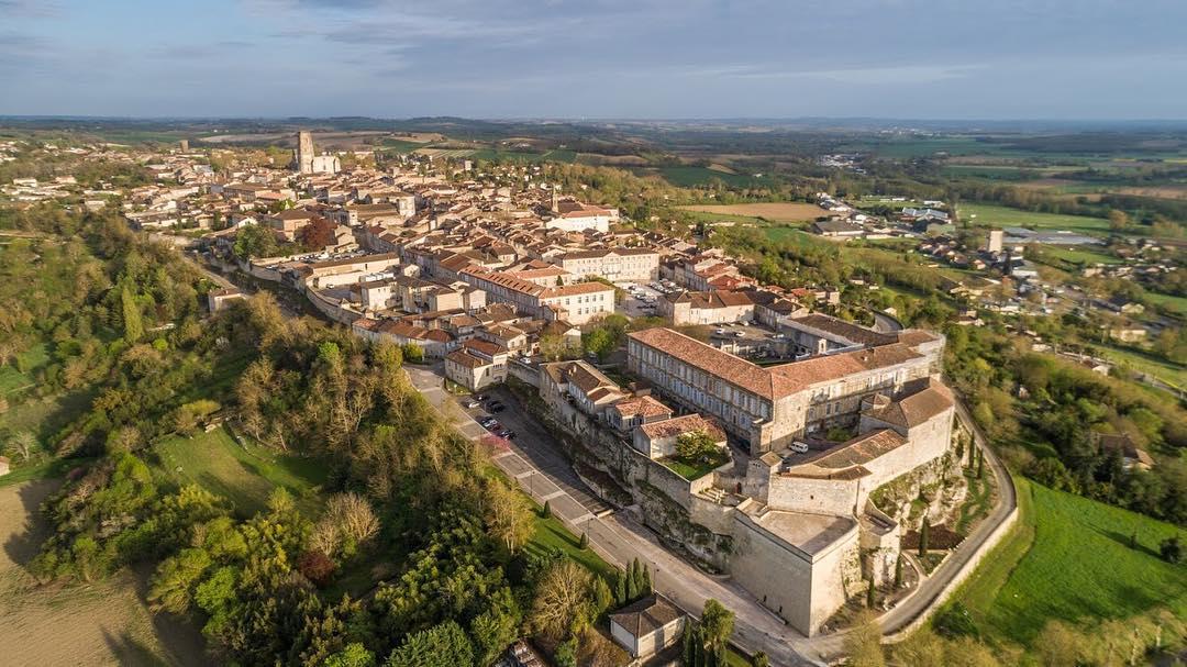Le village de Lectoure en vue aérienne par drone