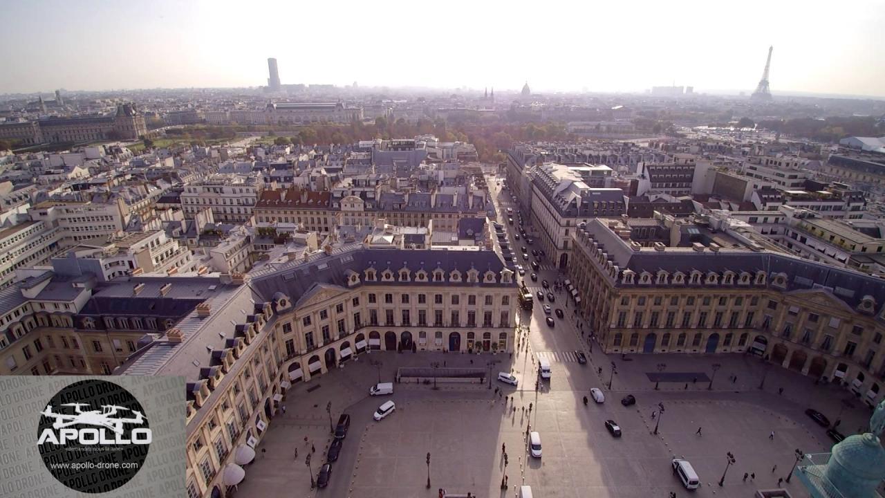 Musée du Louvre en vue aérienne par drone sur Paris