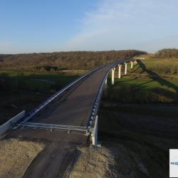 Photo aérienne d'un pont par drone