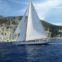 Photo aérienne d'un voilier en Corse vu par un drone