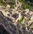 Photo aérienne de la forteresse de Mornas en drone