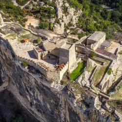 Photo aérienne de la forteresse de Mornas en drone