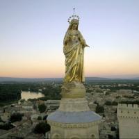 Photo aérienne de la vierge sur le Palais des Papes à Avignon