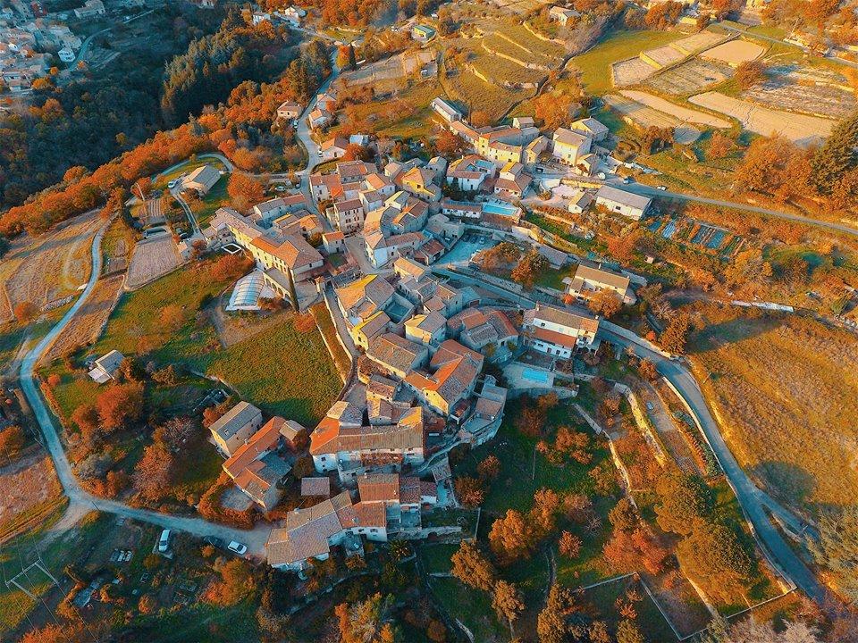 Photo aérienne du village d'Ardaillers dans le Languedoc
