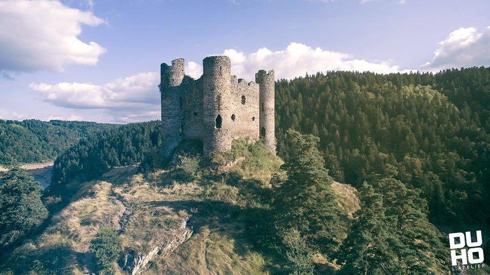 Photo aérienne par drone du château d'Alleuze