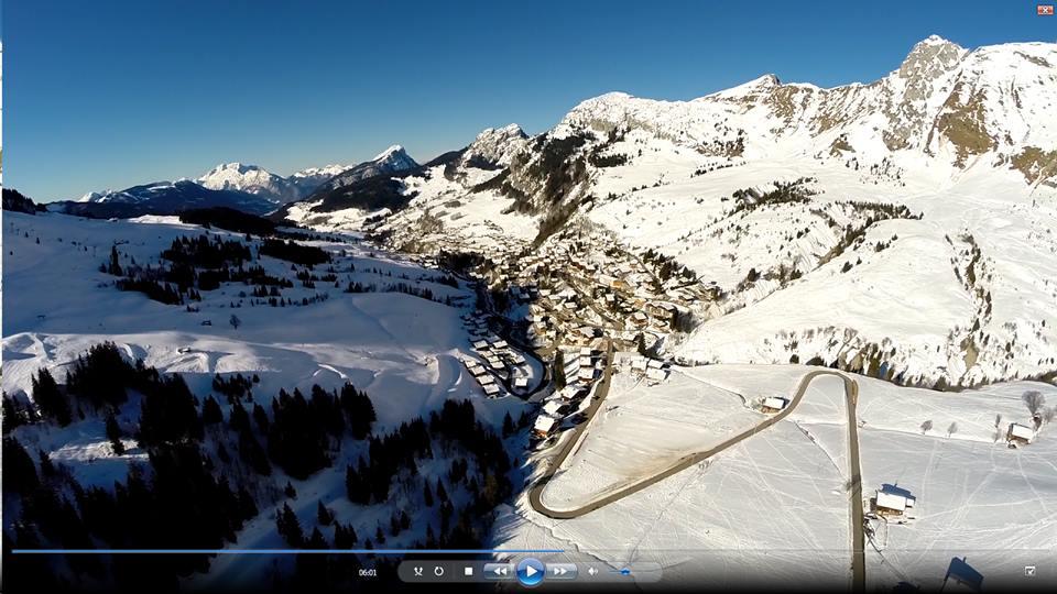 Photo aerienne par drone ville de montagne dans la neige