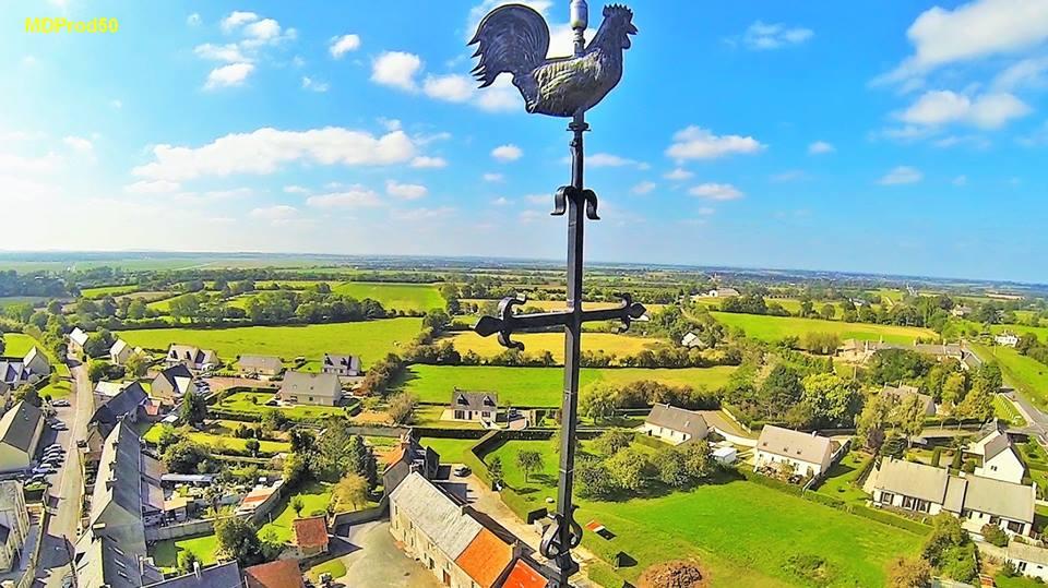 Photo aérienne pour inspection par drone de la croix du clocher d'église