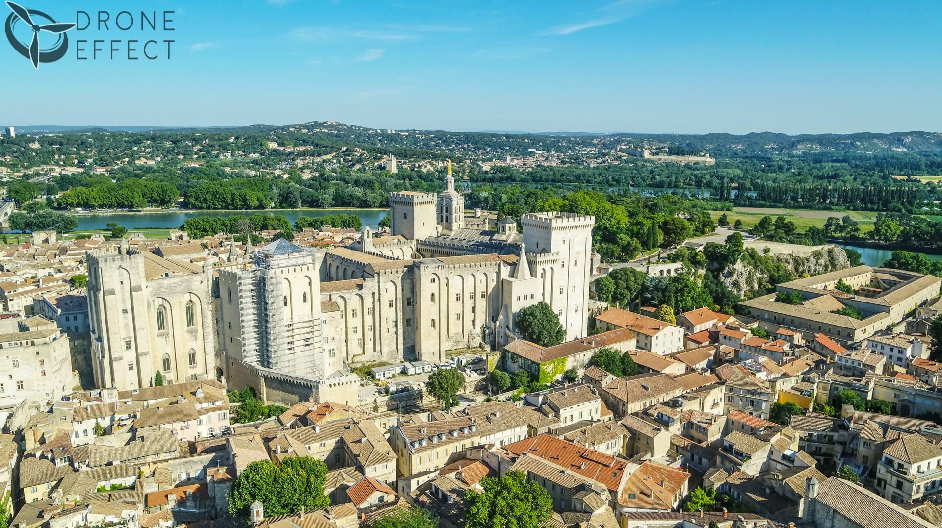 Photo de la ville d'Avignon, en vue aérienne par drone