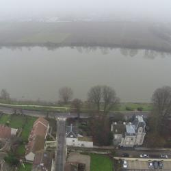Photo aérienne de drone village et-riviere dans la brume