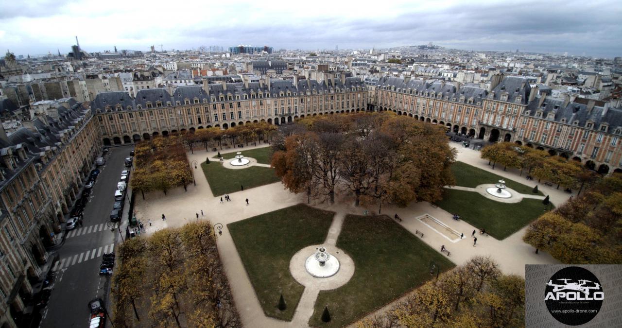 Place des Vosges à Paris en vue aérienne par drone