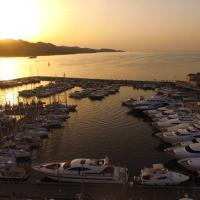 Port de Corse avec couché de soleil photographié par un drone