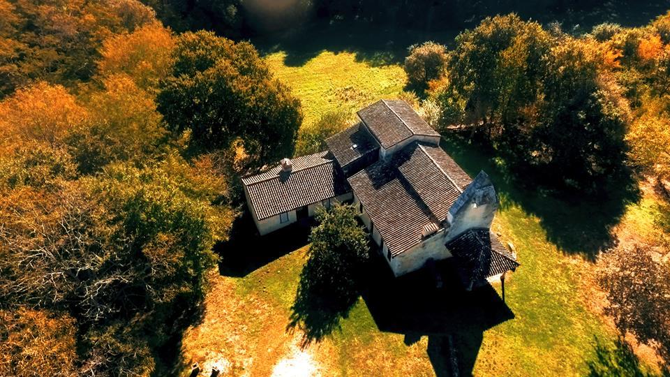 Retjons, vue aérienne de la chapelle de Lugaut par un drone