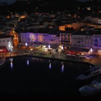 Saint-Tropez en vue aérienne par drone la nuit