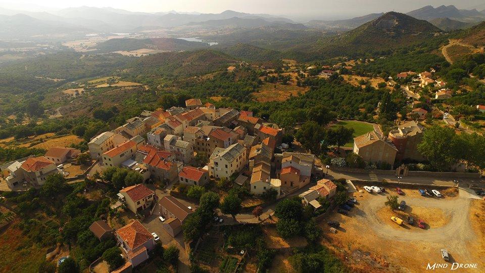 Village dans les montagnes Corse photographié par un drone