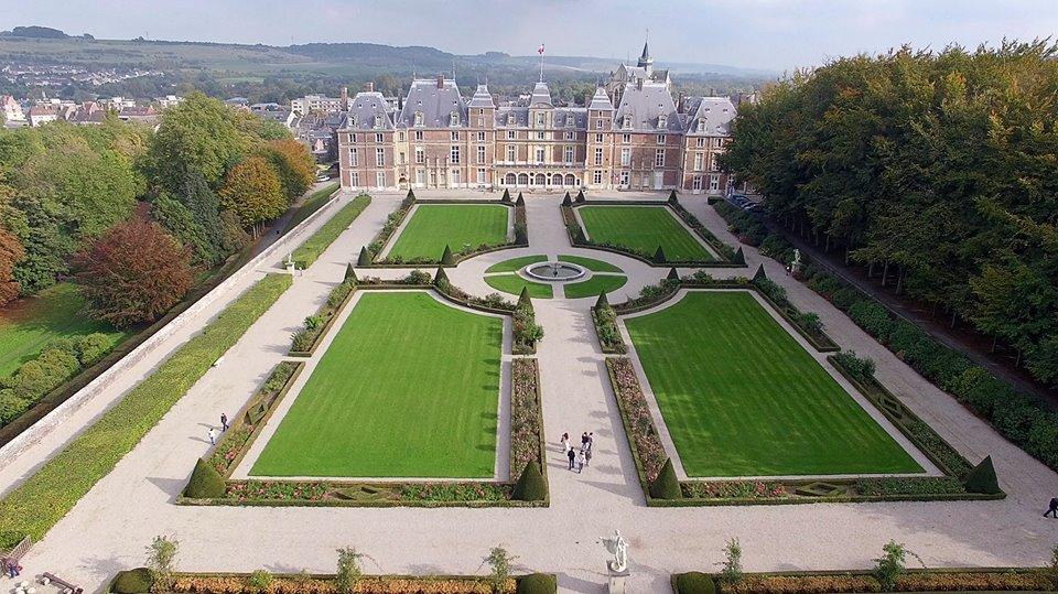 Photographie aérienne d'un château par drone