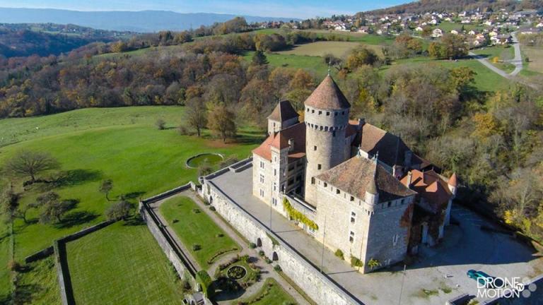 vue aerienne chateau Haute-Savoie en région Auvergne-Rhône-Alpes