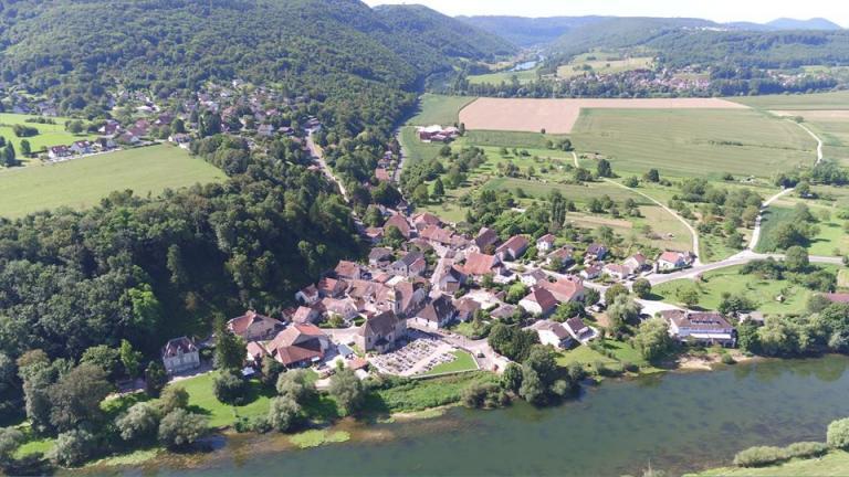 Photographie en vue aerienne de Chalèze dans le Doubs