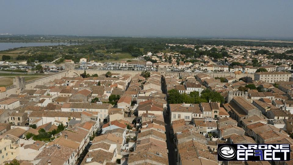 Photo en vue aérienne de la ville Aigues-Morte en Occitanie