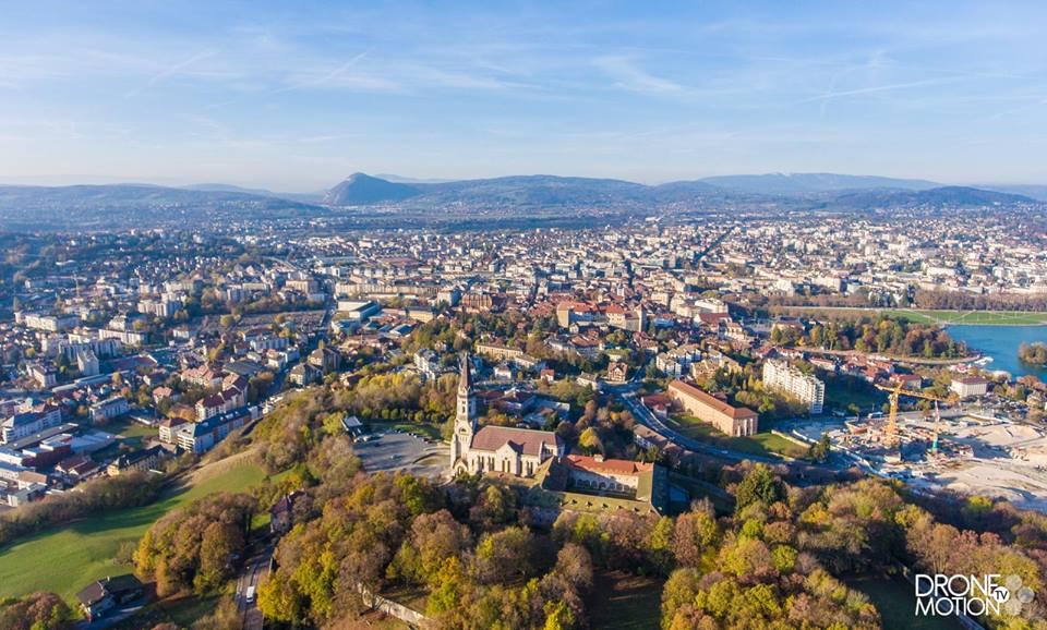 Vue aérienne de la ville d'Annecy, photographiée par un drone