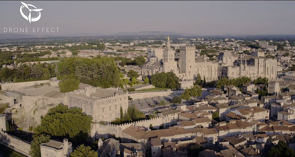 Vue aérienne de la ville d'Avignon par drone