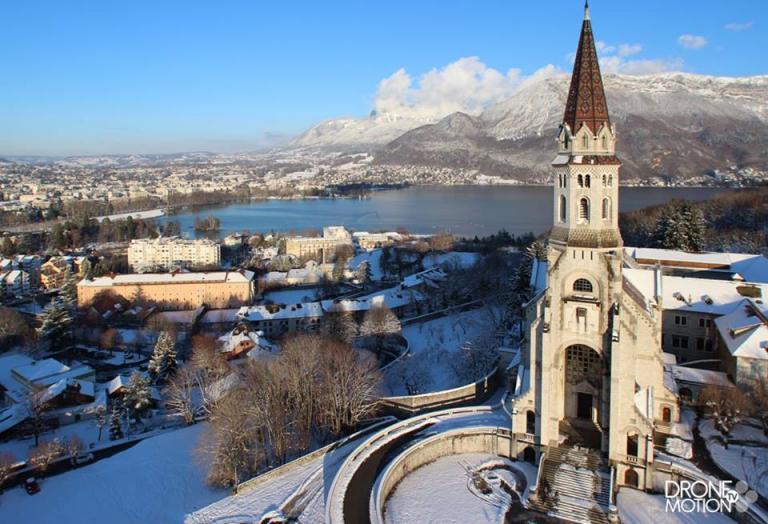 vue aérienne de la Visitation basilique au dessus de la ville et du lac d'Annecy
