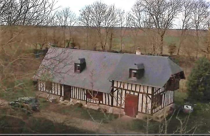 Vue aerienne maison photographiée par un drone pour annonce immobilière