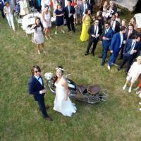 Mariés photographiés en vue aérienne d'un drone