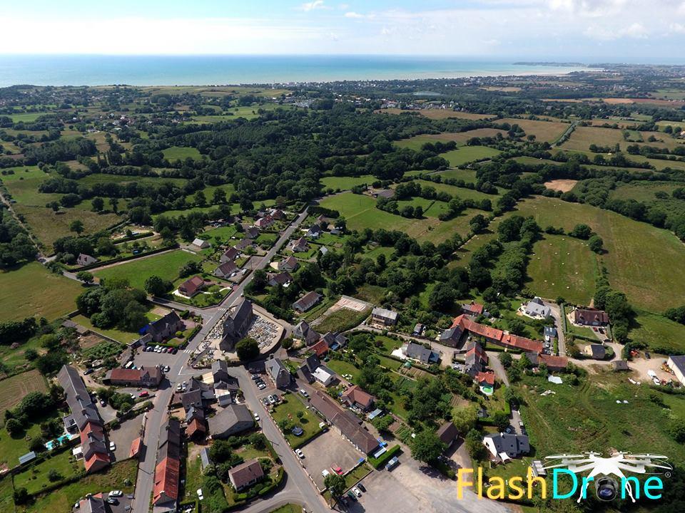 Vue aérienne par drone de Saint-Michel-des-Loups en Normandie