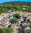 Vue aérienne par drone, village de Lourmarin dans le Luberon
