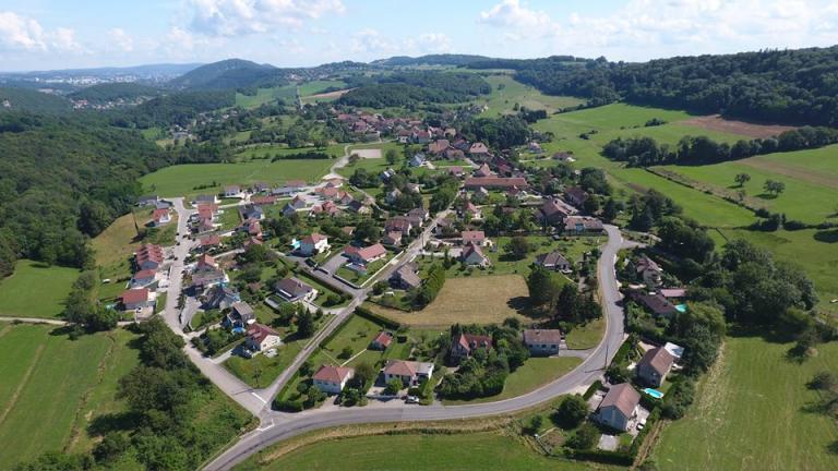 photographie en vue aerienne de la ville de Busy par drone