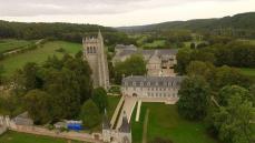 Abbaye du Bec-Bellouin en vue aérienne par drone