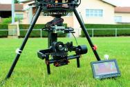 Drone équipe d'un appareil photographique pour photo aérienne