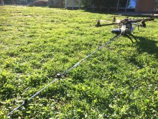 Drone équipé d une lance pour traiter les nids de frelons