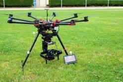 Drone avec caméra pour prise de vue aérienne