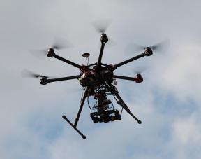 Photo d'un drone professionnel en vol